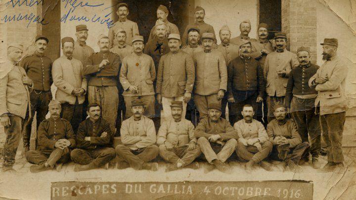 © Europeana1914-1918/ Collection de Claire de Bengy Puyvallée | Des rescapés du torpillage du Gallia prennent la pause. (source : France 24, article du 10 octobre 2016)