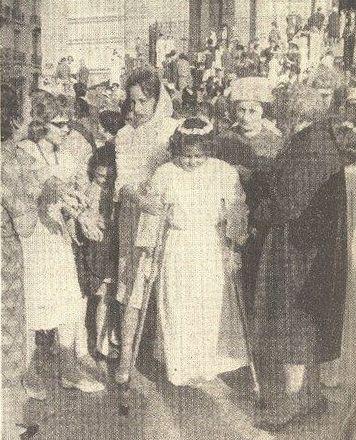 Cette photo représente la petite Frédérique DUBITON le jour de sa communion. (Parue dans l'hebdomadaire « CARREFOUR » du 16 Mai 1962.)             Pour preuve de la désinformation qui sévissait alors en Métropole et du lynchage médiatique que subissait perpétuellement l'OAS, certains journaux –toute honte bue- à l'instar de « La Marseillaise du Languedoc », journal communiste et de « L'Indépendant » de Perpignan, avaient publié cette photo accompagnée de la légende suivante : « Chaque jour des hommes, des femmes, des enfants sont tués ou blessés par les criminels de l'OAS en Algérie… Personne n'est à l'abri de leurs mauvais coups. Pitoyable témoignage. Cette petite communiante sortant d'une église d'Oran a dû être amputée d'une jambe à la suite d'un plasticage de l'OAS (sic) »             Ainsi, les coups les plus vils et les plus bas étaient régulièrement portés par ces « plumes vertueuses » pour en finir avec un élément indésirable qui troublait leur béatitude. Un machiavélisme féroce et inconscient présidait à l'élaboration du grand crime qui se préparait : Les informations quotidiennes étaient cyniquement dénaturées, des extraits tendancieux, des truquages perfides, des censures arbitraires en représentaient seuls les pages les plus réalistes. La vérité était altérée par des récits tendancieux à l'excès et par omission systématique de tout ce qui aurait convenu le mieux de mettre en lumière, tout cela afin de convaincre l'opinion publique que l'Algérie française était une chimère entretenue par une minorité d'exaltés. Et pendant ce temps, le FLN, soutenue par cette « intelligentsia » progressiste, perpétrait impunément dans l'indifférence générale ses horribles forfaits…   (1)  KATZ… CRIMINEL DE GUERRE  Cliquez sur : Voir le message »   -o-o-o-o-o-o-o-o-o-o-o-o-   Mon blog cliquer sur : http://jose.castano.over-blog.com/    Ma biographie, cliquer sur :- http://www.francepresseinfos.com/2013/05/jose-castano-une-vie-au-service-de-la.html     Mes ouvrages, cliquez 