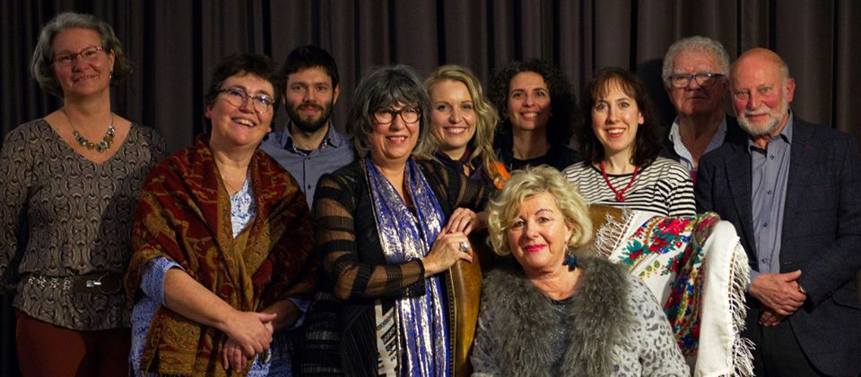 De gauche à droite: Marie Vallaury (1er prix); Maria Hugo (jury); Christopher Moufawad el Ashkar (Prix du public); Helena Zanelli (fondatrice de Webstory); Laure Brienza (3e prix); Naël Lafer (jury); Assise: Dominique Martin (lectrice); Bénédicte Gandois pseudo: Moderato (Coup de cœur du MEG); Jean-Pierre Gontard (jury); François Descoedres (2e prix)– àPhoto © Max Cuénoud.