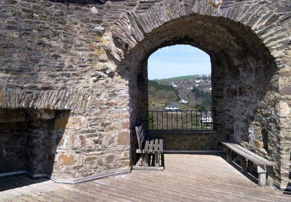 Burg Neuerburg  Mosel-Our-Weg Wandern Eifel