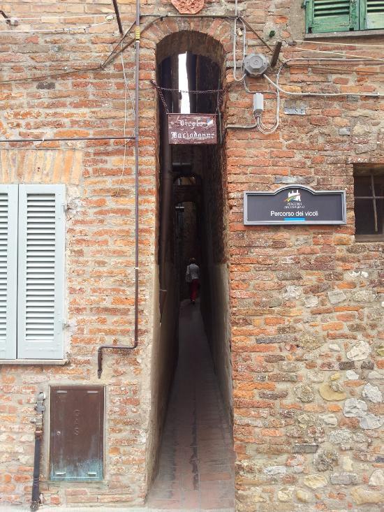 Città della Pieve (PG), il vicolo Baciafemmine nacque da una lite tra due confinanti