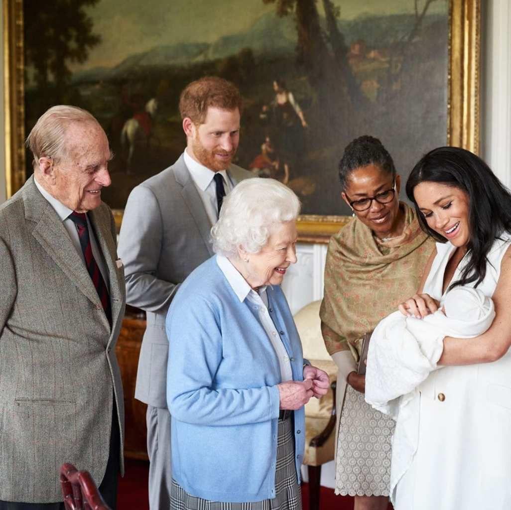 La Reina conoce al bebé Archie Harrison    Foto: Chris Allerton SussexRoyal