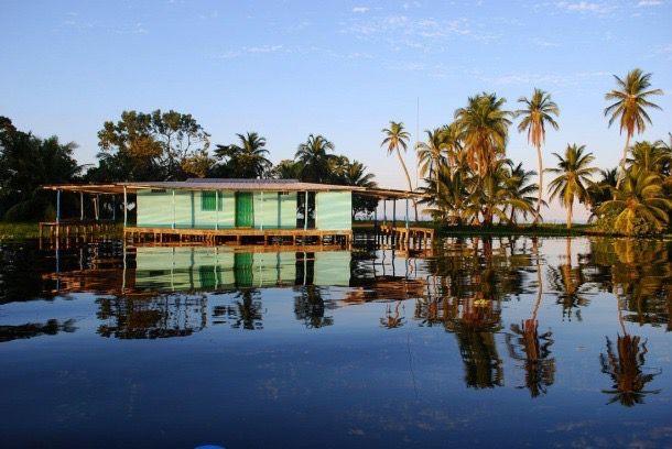Palafito de Alan Highton, en Ologá. Aunque el fenómeno nunca detiene de manifestarse, las mañanas son más serenas que las noches cuando la oscuridad, los flashes y el estruendoso Catatumbo no deja de mantenernos a la expectativa.