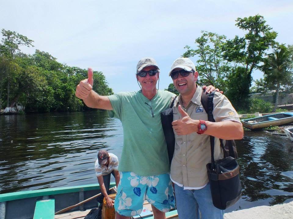 Con Alan Highton, Webmaster, Fotógrafo y Documentalista de National Geographic, oriundo de Barbados. Highton se enamoró primero del Relámpago del Catatumbo, luego de una merideña, se casó y decidióquedarse en Venezuela; estudiar el fenómeno, las especies que ahí habitan y generar una de las colecciones más completas de las mariposas que se dan en la isleta de Ologá. Su investigación ya lleva más de 25 años en marcha.