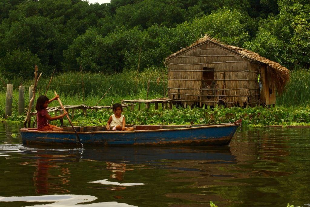 La Laguna de Sinamaica es uno de los principales medios de traslado para el comercio en la zona. Foto: Carlota Delgado.-
