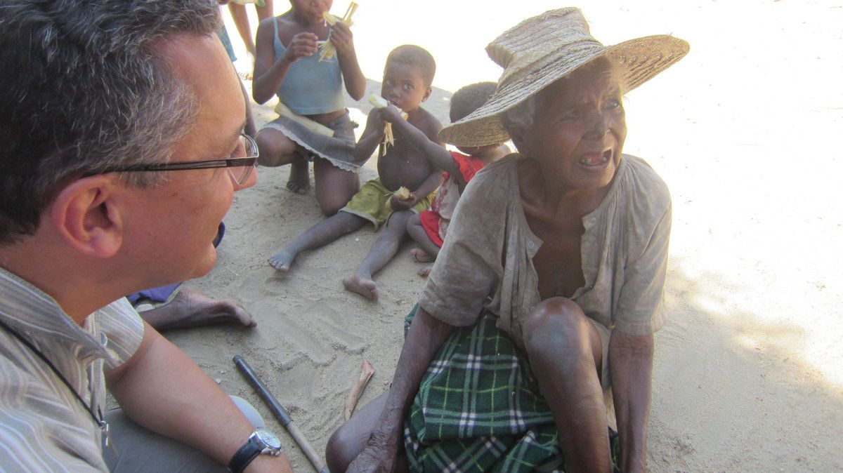La mission  MAD c'est aussi des rencontres : la rencontre avec la famille d'un des volontaires MAD originaire de Bezaha ; la rencontre avec les jeunes du Centre de Formation à l'agriculture ; la rencontre avec les lépreux du village d'AMBILANISABY et enfin la rencontre avec le professeur de Daya qui cultive des espèces endémiques à ....BEZAHA !  la ren