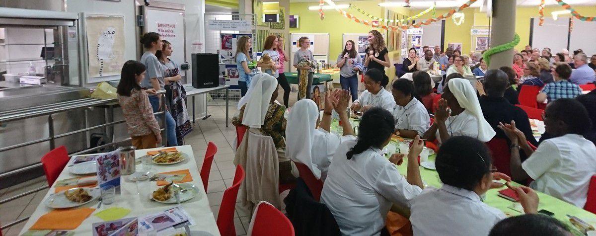 Les jeunes filles de REY , en seconde en FHC nous ont interprété les différentes manières d'utiliser le lamba oana (pagne gazy !) c'était vraiment touchant !