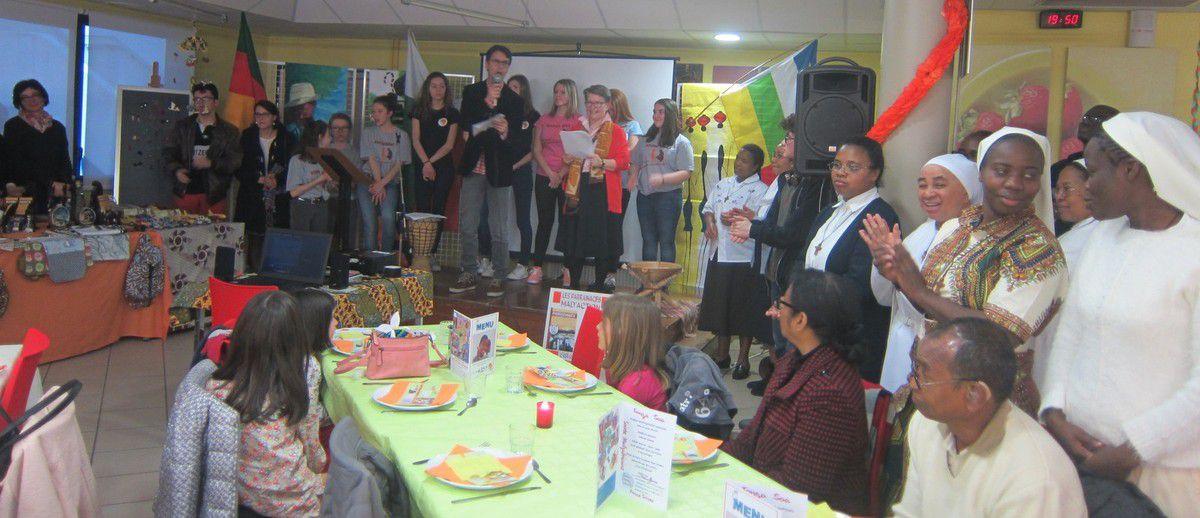 Après le discours à deux voix de Mr Radenac et Sr Martine, nous écoutons l'hymne national malgache et le chant célébrant l'oeuvre du Père Nicolas Barré que les élèves chantent dans toutes les écoles de la Providence en Centrafrique et à Madagascar