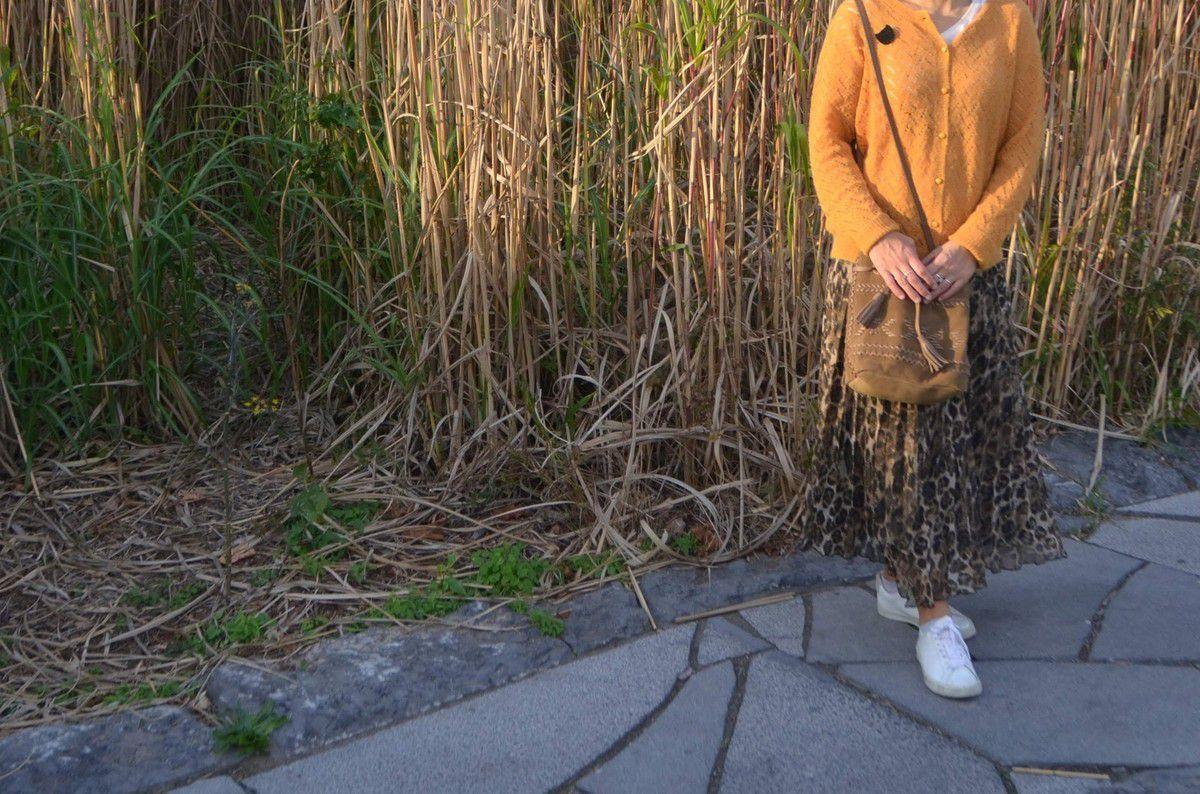 Jupe plissée léopard pull moutarde sac nubuck pour l'automne