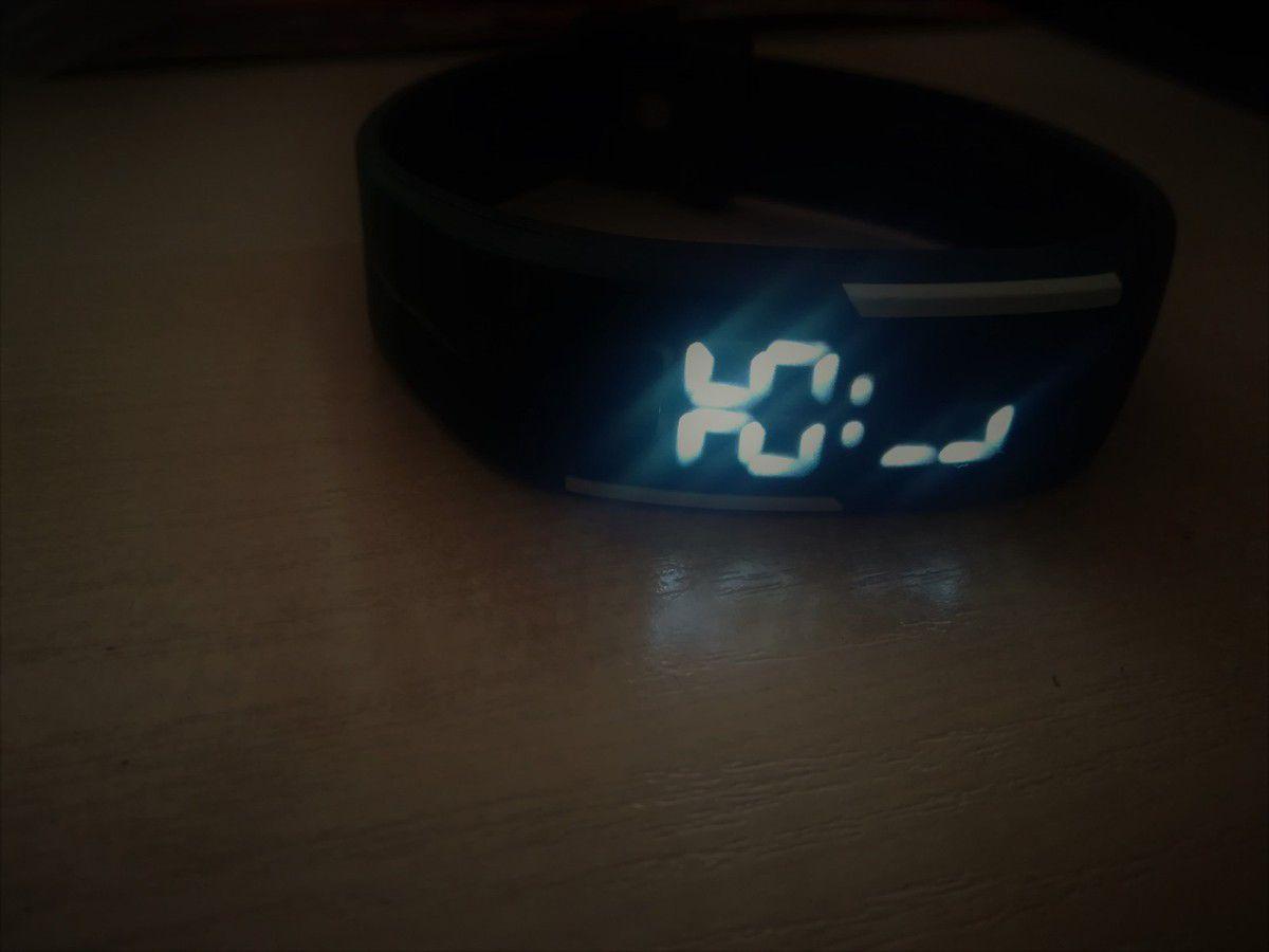 une montre très pratique et discrète quand on veut savoir l'heure on a juste à appuyer sur le bouton ensuite elle s'éteint