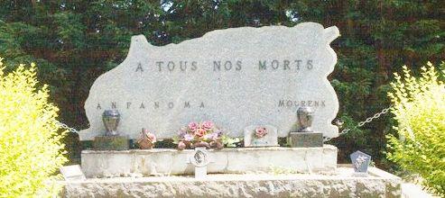 En entrant dans le cimetière de Mourenx, on ne peut qu'être surpris face à une grande stèle commémorative qui, au-delà de l'hommage aux disparus, reflète tout le drame d'une communauté expatriée réfugiée à Mourenx.