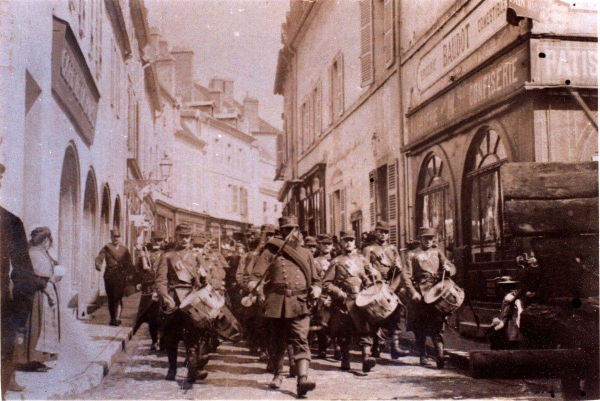 Défilé du 10e dans les rues d'Auxonne en 1896 en uniforme bleu et rouge
