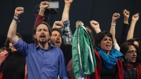 Le leader de Podemos Pablo Iglesias (G) à côté de Teresa Rodriguez, la candidate du parti en Andalousie, lors du meeting de fin de campagne à Dos Hermanas, près de Seville, le 20 mars 2015. afp