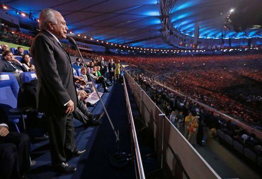 Brésil, à l'ouverture des J.O des sportifs applaudis, un président conspué