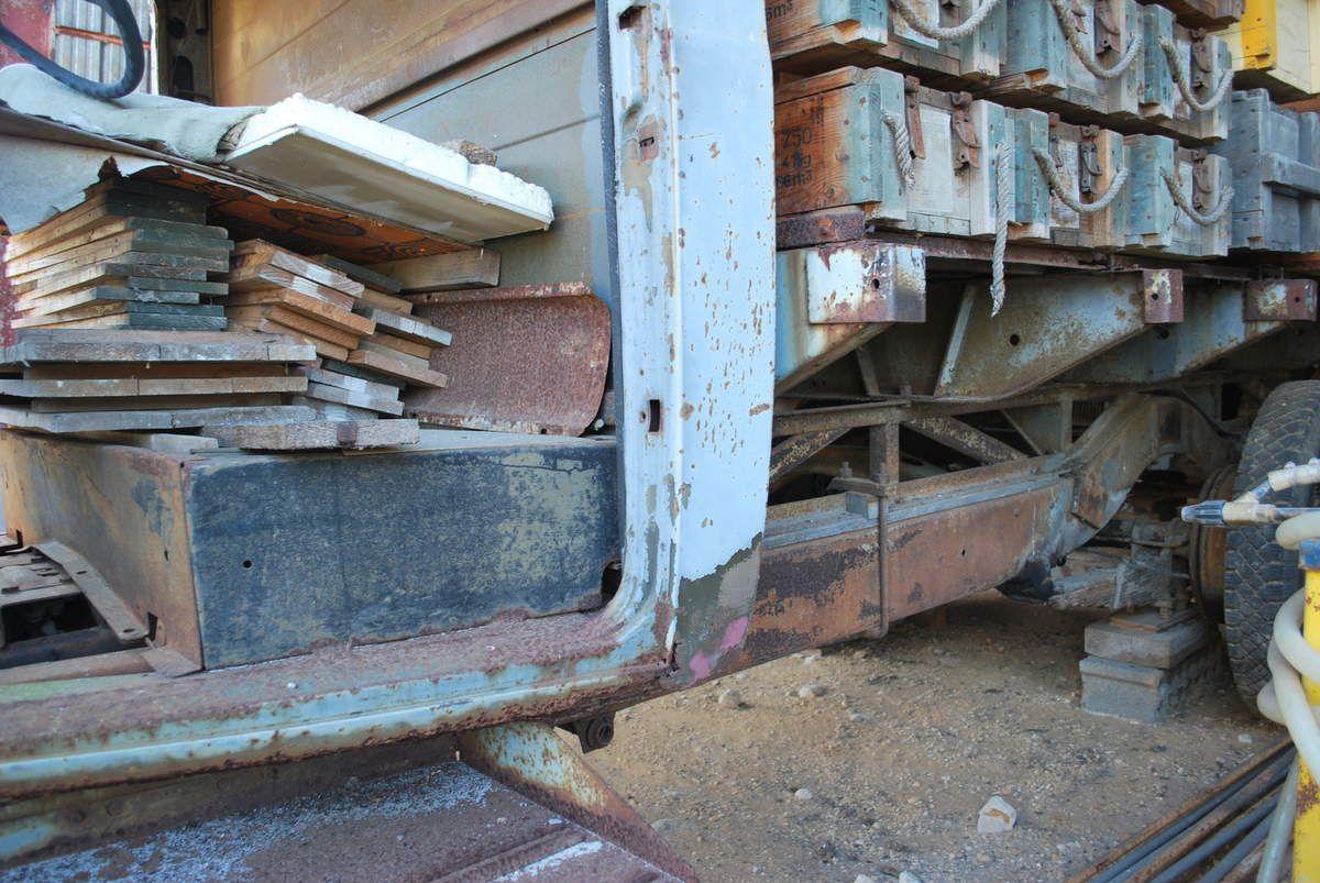 camion tel que récupéré, sans moteur et en partie démonté. Les grosses ailes arrières étaient montées.