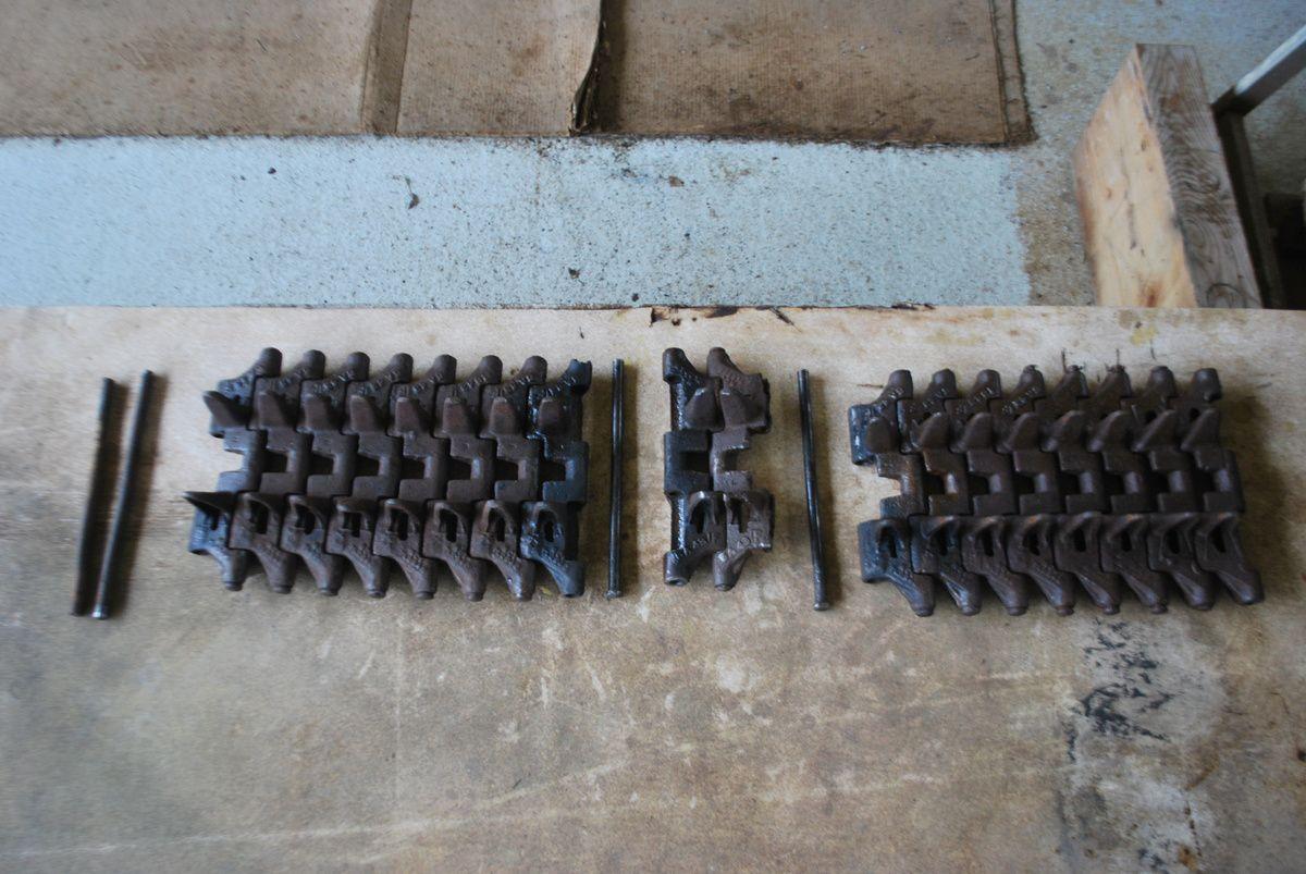 crédit photos alain Chaussade : élément de chenille coupe à 8 patins , tension maxi obtenue
