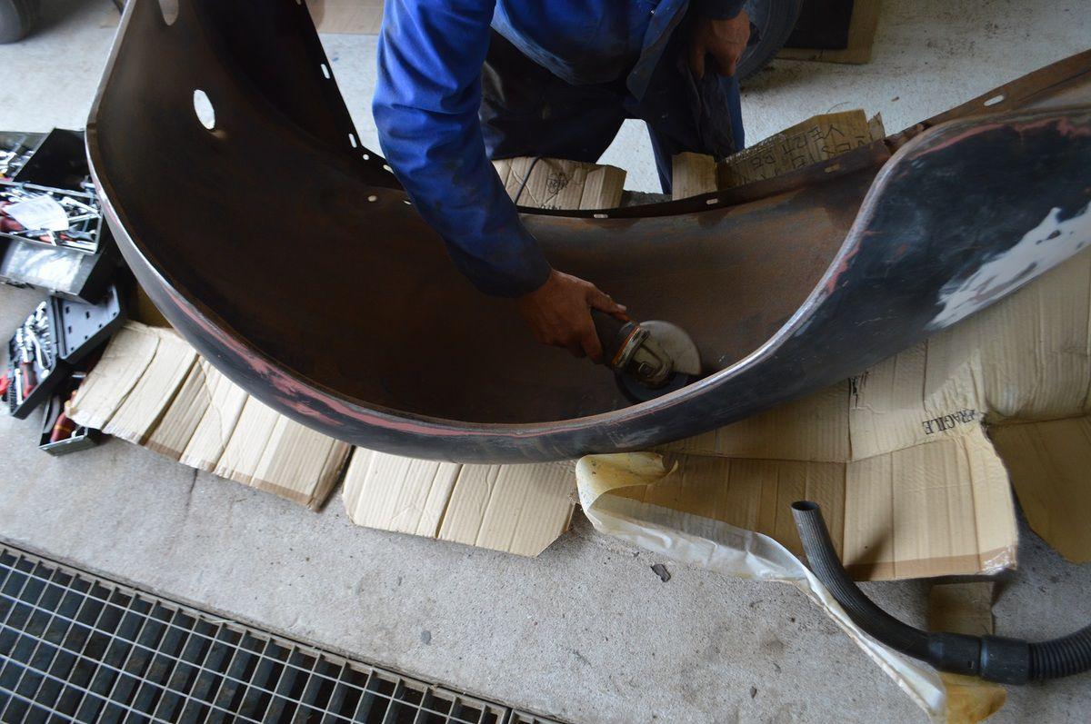 crédit photo - alain chaussade - eémontage de l'avant partie moteur, suspension calandre et logo Hotchkiss trouvé sur le bon coin.
