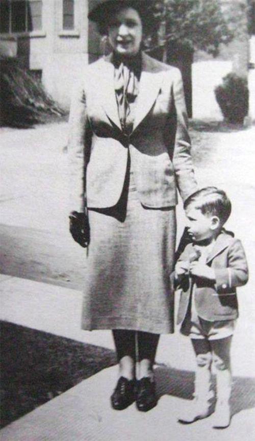 Leonard et sa maman, Masha Cohen, fin des années 1930.