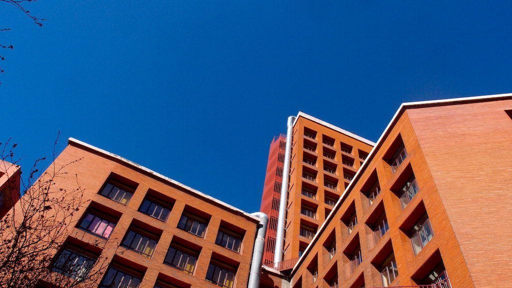 Immeubles madrilènes dans le bleu du ciel