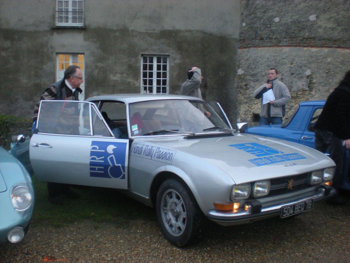 Le marquage de ce Coupé Peugeot 504 avec le marquage HRP, HANDI RALLY PASSION