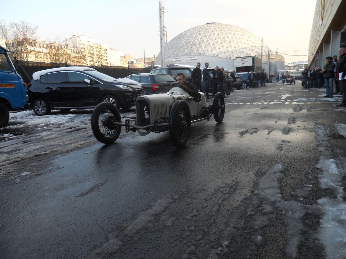 Un des plus immenses moments du Salon RETROMOBILE 2018, sur la patinoire  en toute liberté, GN MARTYR INSTONE SPECIAL et Le Morgan Racer Atomic Orange de 1933