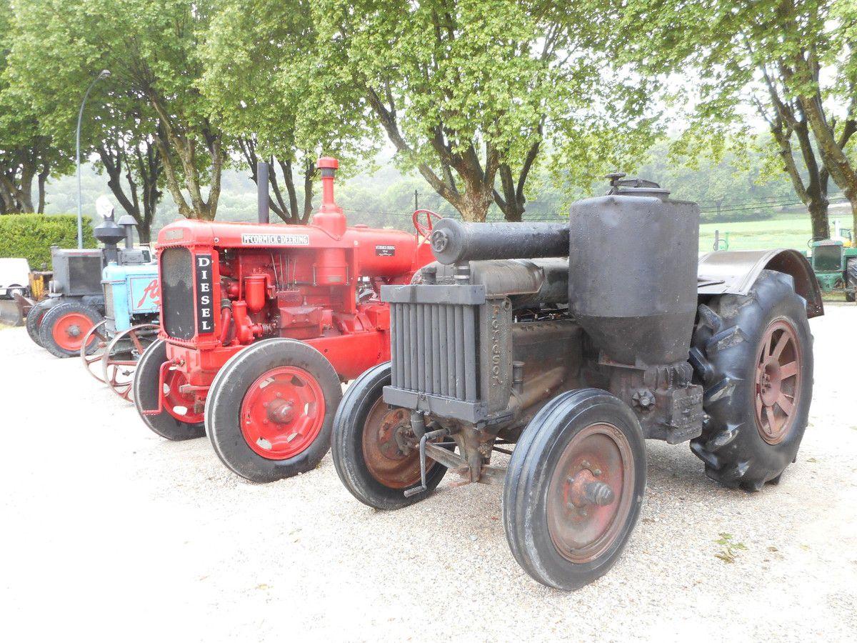Les TRACTEURS ROUGES    Mac Cormick Farmall Utility 235 Diesel ( FU 235 D)