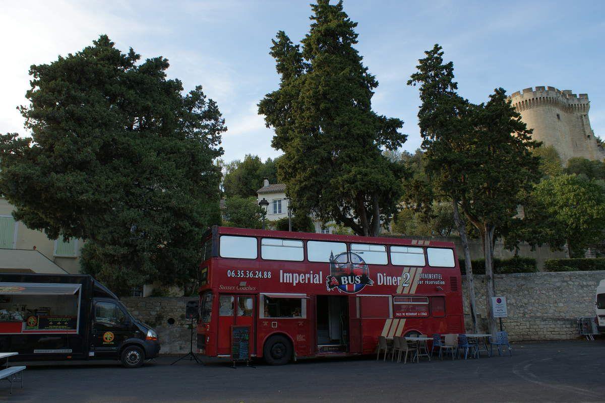 Le BUS ANGLAIS de Imperial Bus Diner 2 et l'Estafette RENAULT « THE ROLLING WINES » c'est aujourd'hui à Villeneuve lez Avignon dans le Gard
