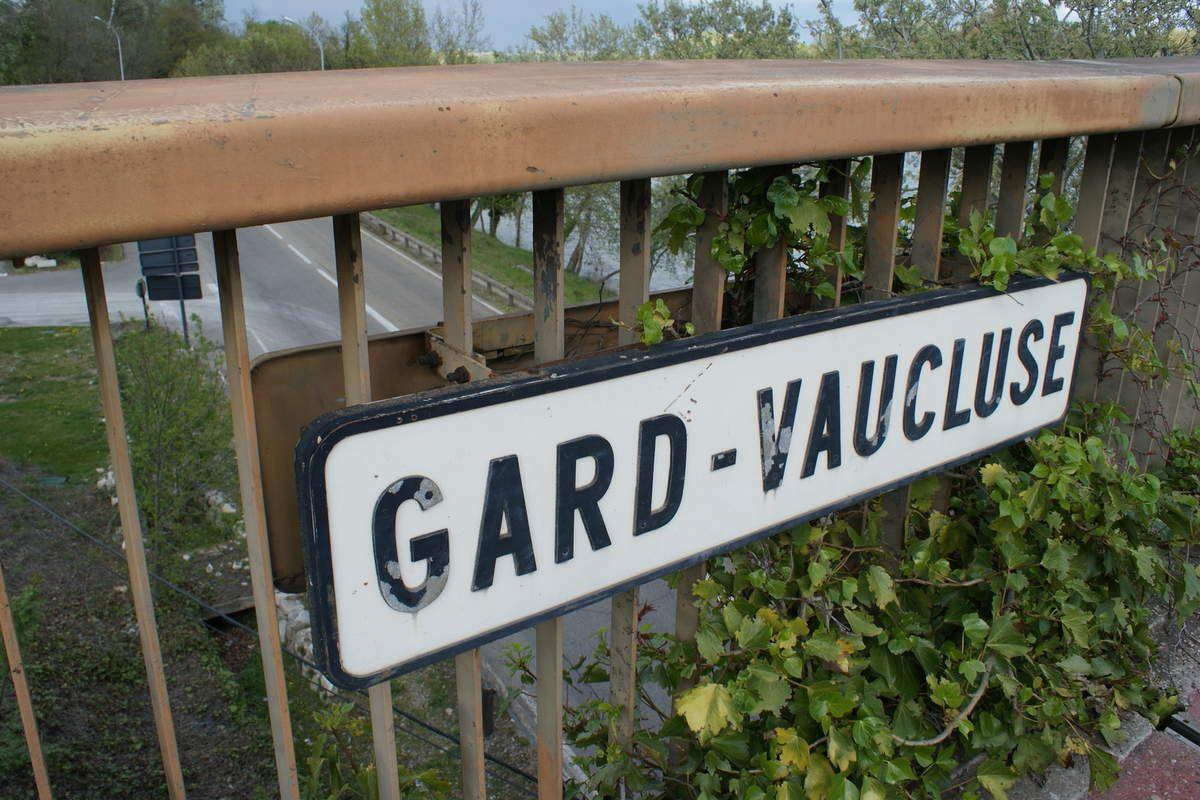 Du GARD au VAUCLUSE, du VAUCLUSE jusque dans le GARD  Avignon - Histoire de la liaison avec Villeneuve-lez-Avignon