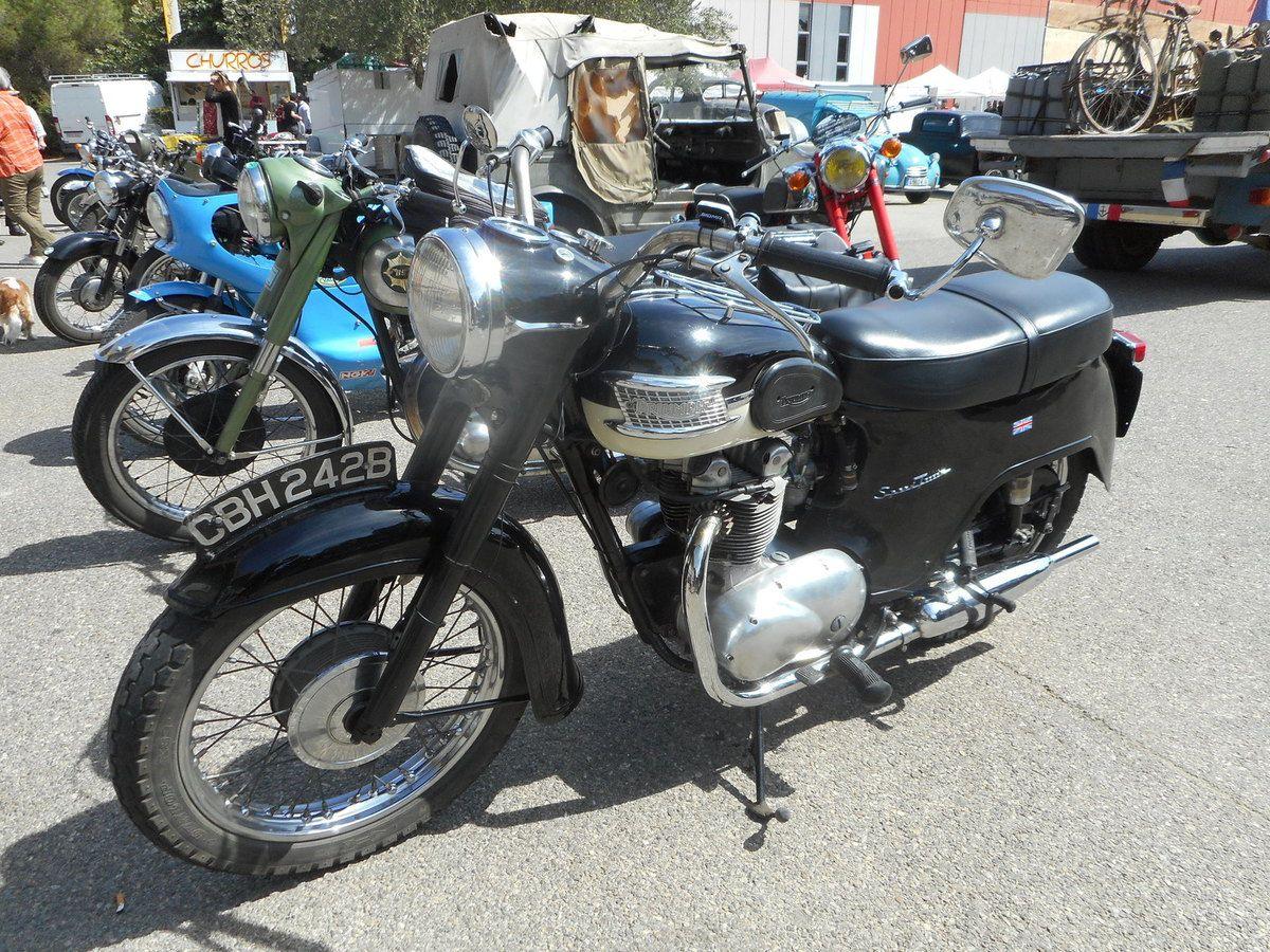 Une moto TRIUMPH Trophy s'affiche dans les rues d'Avignon