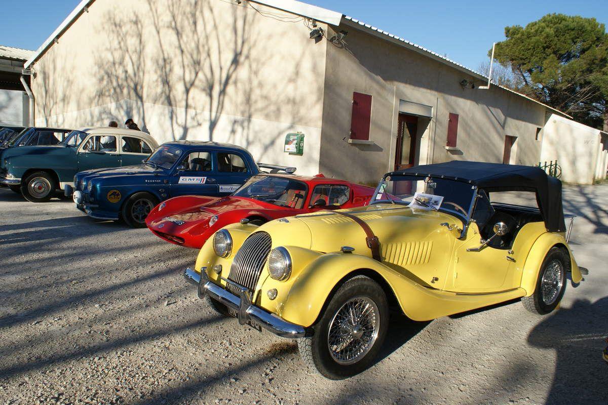 Emprunter les petites routes du département du Gard et suivre un instant une vraie MORGAN d'un autre temps.