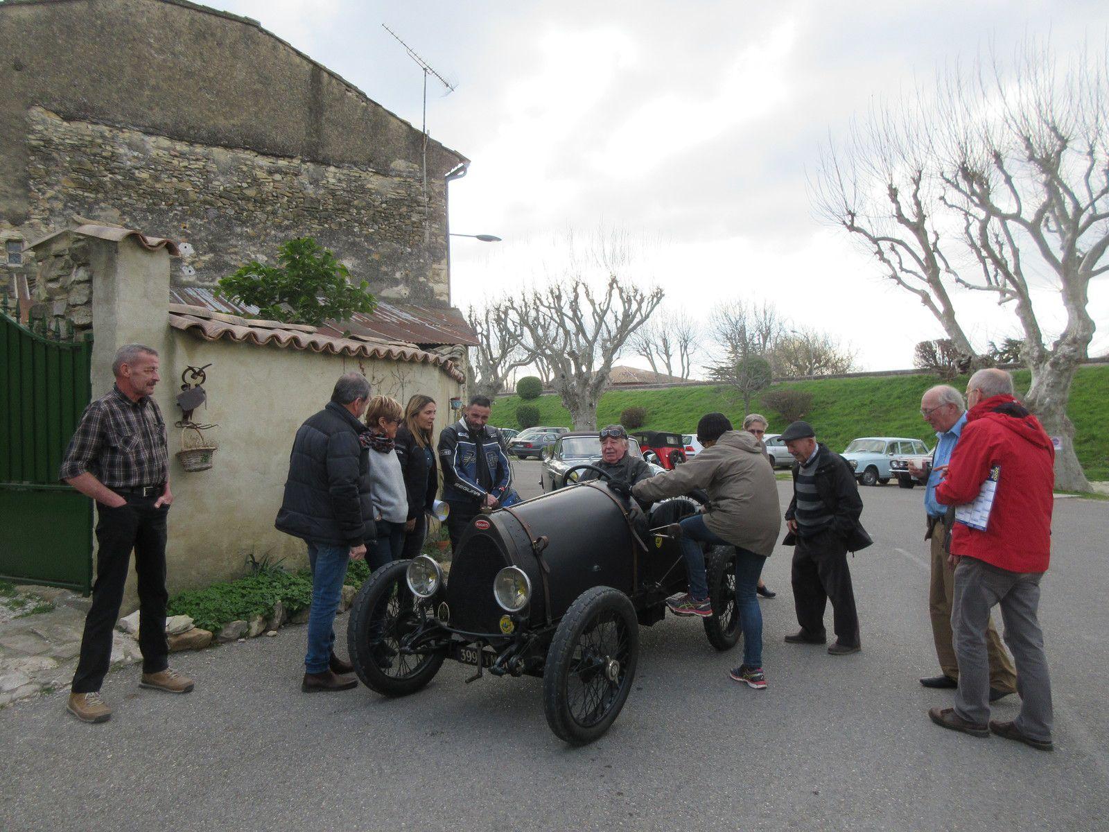 Une belle réunion d'autos et motos anciennes et très anciennes dans le Vaucluse le 2ème dimanche du mois, c'est à Caderousse