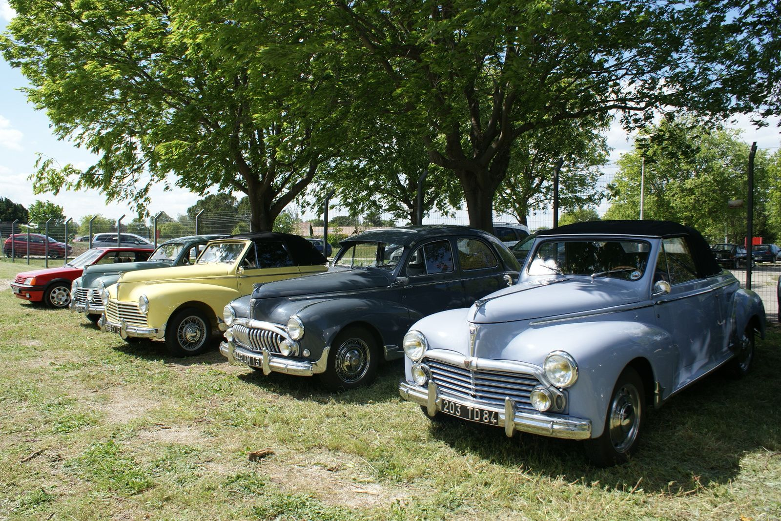 RECHERCHE pour un cabriolet PEUGEOT 203 de 1952  des pièces de tôlerie.