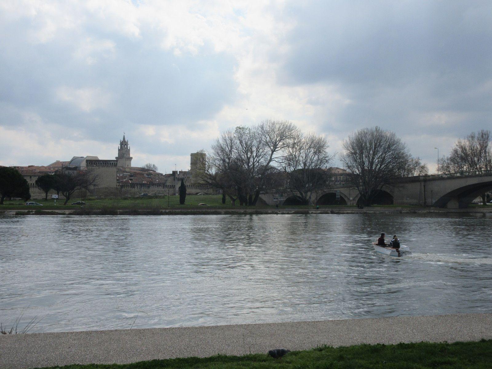 Dimanche 15 MARS 2020 sur l'île de la Barthelasse à Avignon, sous un ciel gris pour décor, quelques AUTOS et MOTOS anciennes d'avant 1940