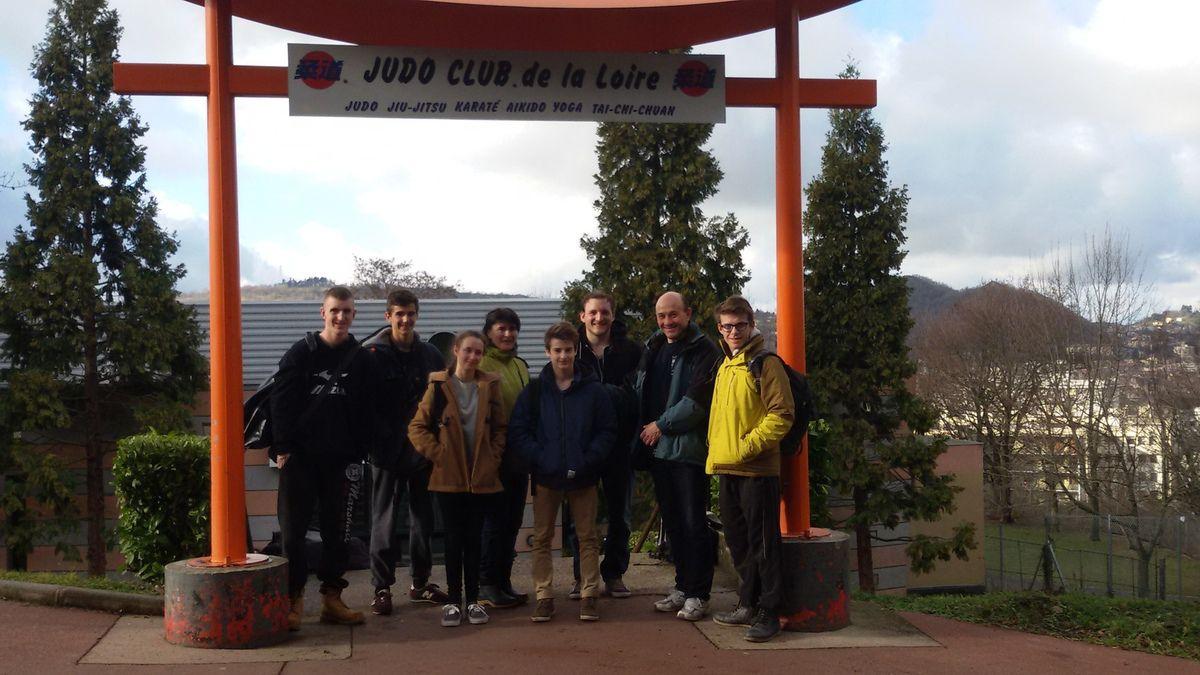 11h45...la délégation a le sourire à la sortie du magnifique Dojo du judo club de la Loire...