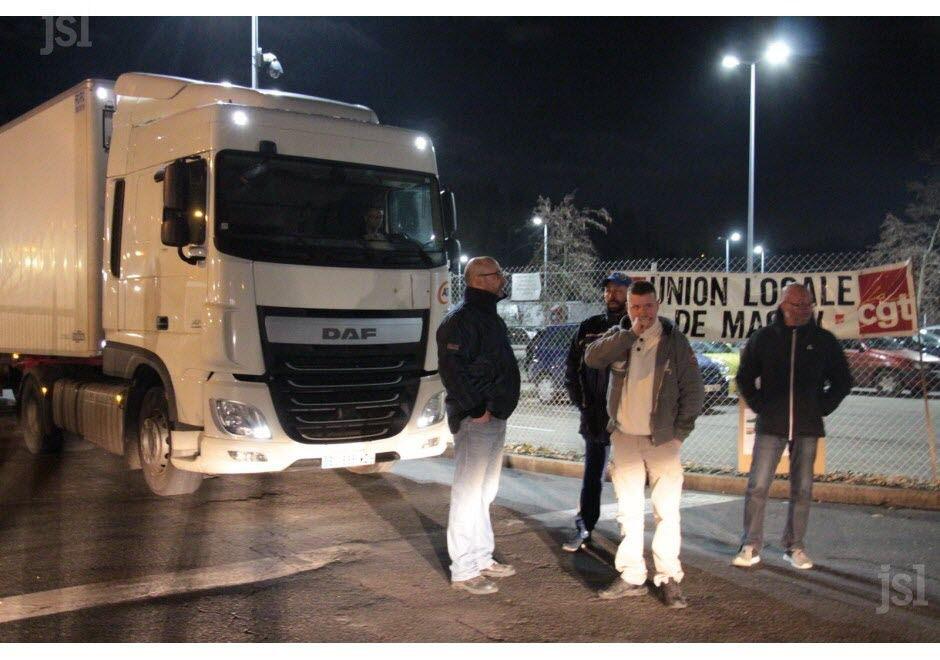 Ce jeudi à 22h30, les employés de la plateforme Carrefour Supply Chain ont initié le blocage de leur entrepôt de Sennecé-lès-Mâcon, à l'appel de la CGT, dans le cadre du mouvement national. Chaque nuit, 90 camions partent de cette plateforme pour approvisionner les enseignes Carrefour Contact, Carrefour City, Carrefour Market, Carrefour Montagne et Proxy notamment, en Rhône-Alpes et en Bourgogne. 60 poids lourds arrivent chaque nuit à la plateforme mâconnaise. D'abord étanche, le barrage devait devenir filtrant au fil de la nuit.