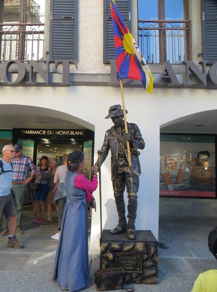Rencontre entre Dekyi et le Polonais Piotr, statue vivante de Jacques Balmat et fervent défenseur du       Tibet ! (photos Anne G. et Céline R.)