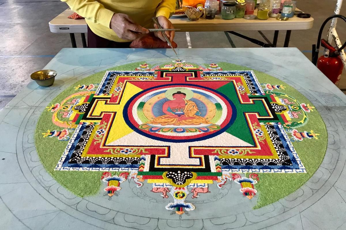 Evolution du Mandala de sable d'Amitabha réalisé par Lama Sonam (photos Cathy)
