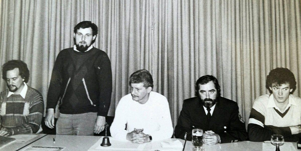 Im November 1985 wurde bei der Jahreshauptversammlung der Feuerwehrverein gegründet. Die Versammlung wählte den Kameraden Manfred Fischer zum 1. Vorstand. Links von ihm Kassier Manfred Scholz, rechts von ihm Thomas Weber, Kommandant Ludwig Markert und Elmar Knorz