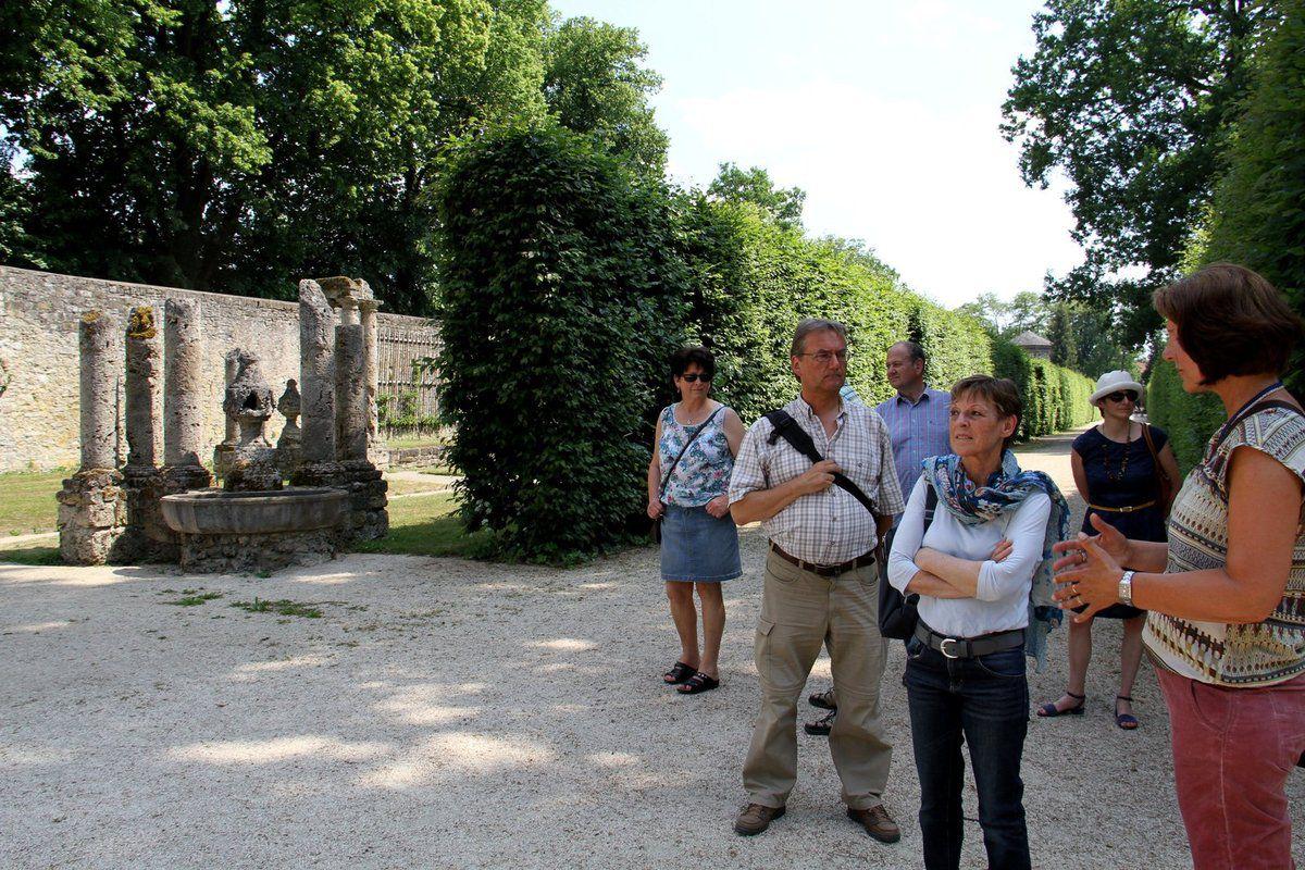Die von Materno Bossi und J.P. Wagner quasi als Gegenpol zum Parnass im See aufwändig geschaffene Kaskade, als Abschluss der Mittelachse an der östlichen Gartenmauer, wurde 1945 durch Bombentreffer zerstört.