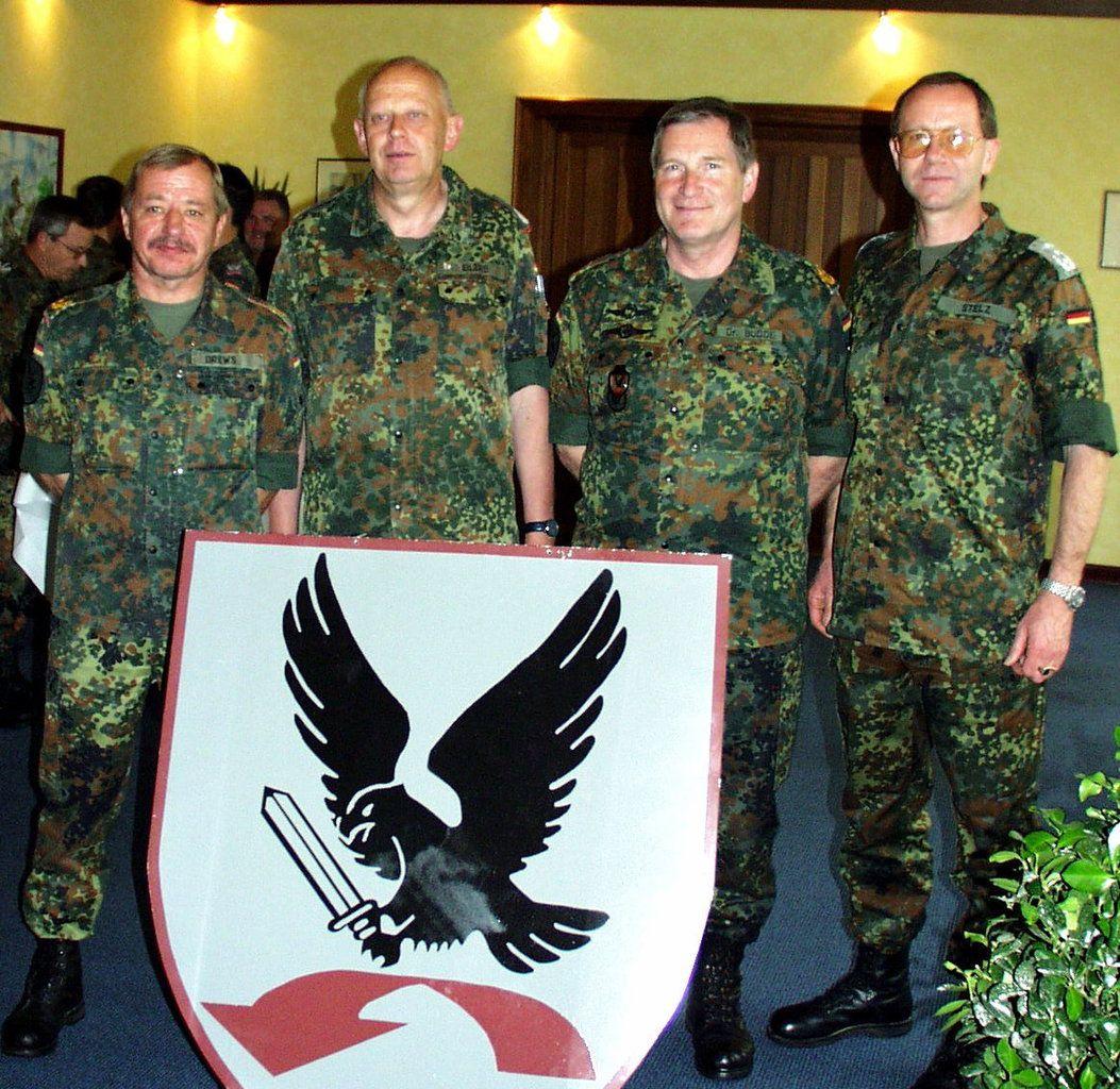 Im April 2003 wird Brigadegeneral Erhard Drews von Oberst Gerhard Stelz abgelöst. Drews hatte seit  1. Juli 2002 mit dem ihm zugewiesenen Infrastrukturauftrag und in seiner weiteren Funktion als Kommandeur der Divisionstruppen einen entscheidenden Beitrag zur Aufstellung der Division Luftbewegliche Operationen (DLO) als neue übergeordnete Kommandobehörde aller Heeresfliegerkräfte geleistet (v.l.n.r.  Brigadegeneral Erhard Drews, VBK 67-Kommandeur Oberst Heinz Eilers, Divisions-kommandeur Generalmajor Dr. Dieter Budde, Oberst i.G. Gerhard Stelz).