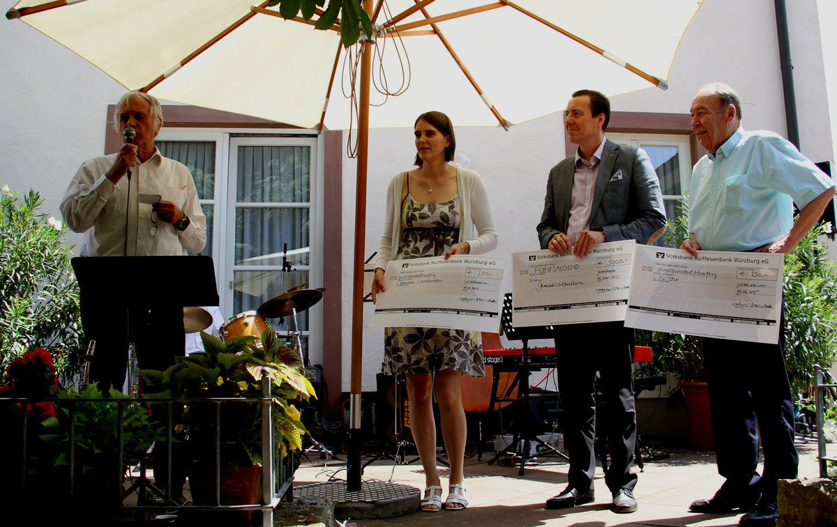 Über großzügige Spenden von Max Weckesser und seiner Tochter Dorothea von Droste freuten sich Bürgermeister Jürgen Götz und SVV-Finanzvorstand Wolfgang Herrmann beim 30jährigen Jubiläumsfest des Hotels am Main (v.l.)