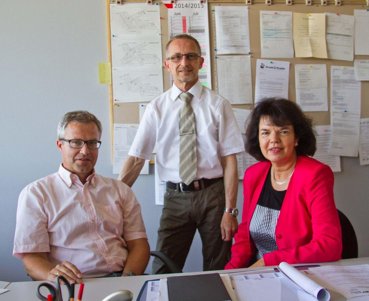 Michael Schmitt informiert seine Nachfolgerin Jutta Merwald über ihre Aufgaben als Stellvertreterin des Schulleiters Dieter Brückner (stehend) ein.