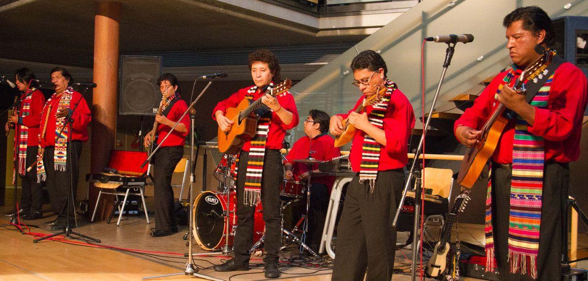 """Bolivianische Folklore-Gruppe """"Los Masis"""" riss am Gymnasium Veitshöchheim alle mit - Spanisch-Unterricht ein Schwerpunkt"""