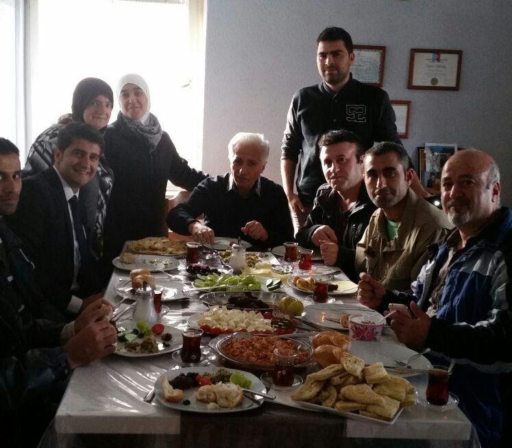 Gemeinsames Frühstück der Familie Bilican mit sieben Flüchtlingen am heutigen Opferfest (links Abdu Bilican, rechts von ihm seine Mutter, und sein Vater, an der Tisch-Stirnseite sitzend)
