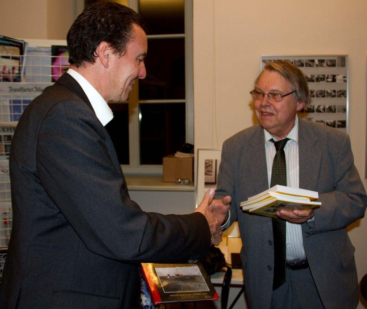 """Bernd Richter überreichte einige Exemplare des Buches """"Die Friedliche Revolution 1989/1990 im ehemaligen Kreis Geithain"""" an Bürgermeister Jürgen Götz. Das Buch kann in der Bücherei ausgeliehen werden."""