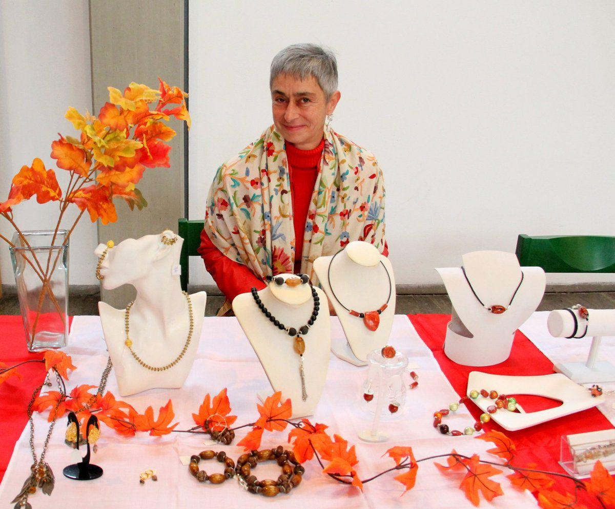 Sehenswerten Design-Schmuck fertigt aus Liebhaberei seit einigen Jahren Christine Scharnberger-Martin sehr kreativ aus Korallen, Onyx und anderen Halbedelsteinen als Basis in Kombination mit Metall, Acryl und Holz. Da konnte man schon schwach werden.