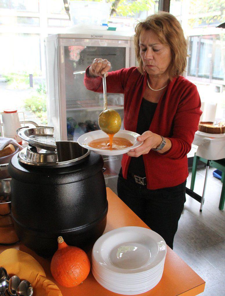 Besonders gefragt war die Kürbissuppe, die Bärbel Stach den Gästen servierte.