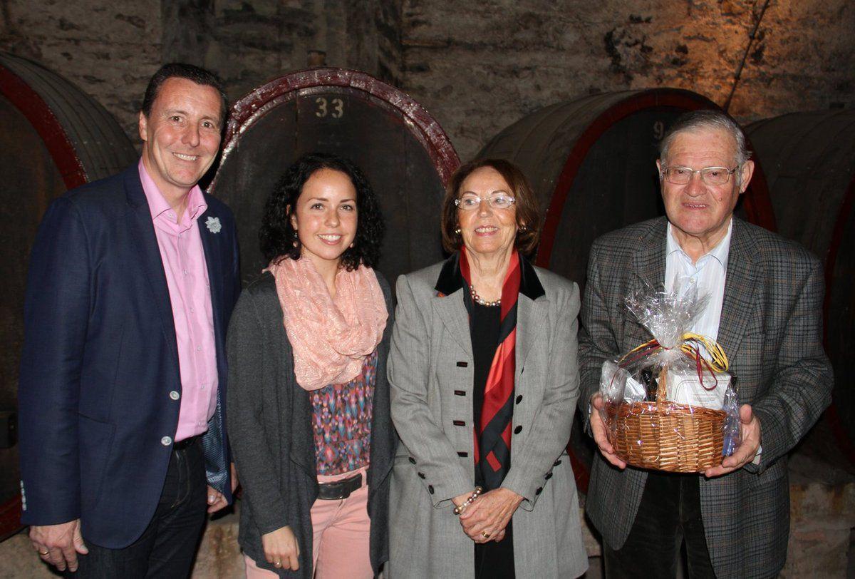 Bürgermeister Jürgen Götz (links) verabschiedete im historischen Weinkeller der LWG  Christl Teroerde und Wolfgang Klopsch, die 20 Jahre lang den Kurs der Partnerschaft mit dem Pays de Pont-l'Evêque lenkten und stellte Eva Trampe (2.v.l.)  als neue Partnerschaftsbeauftragte vor.