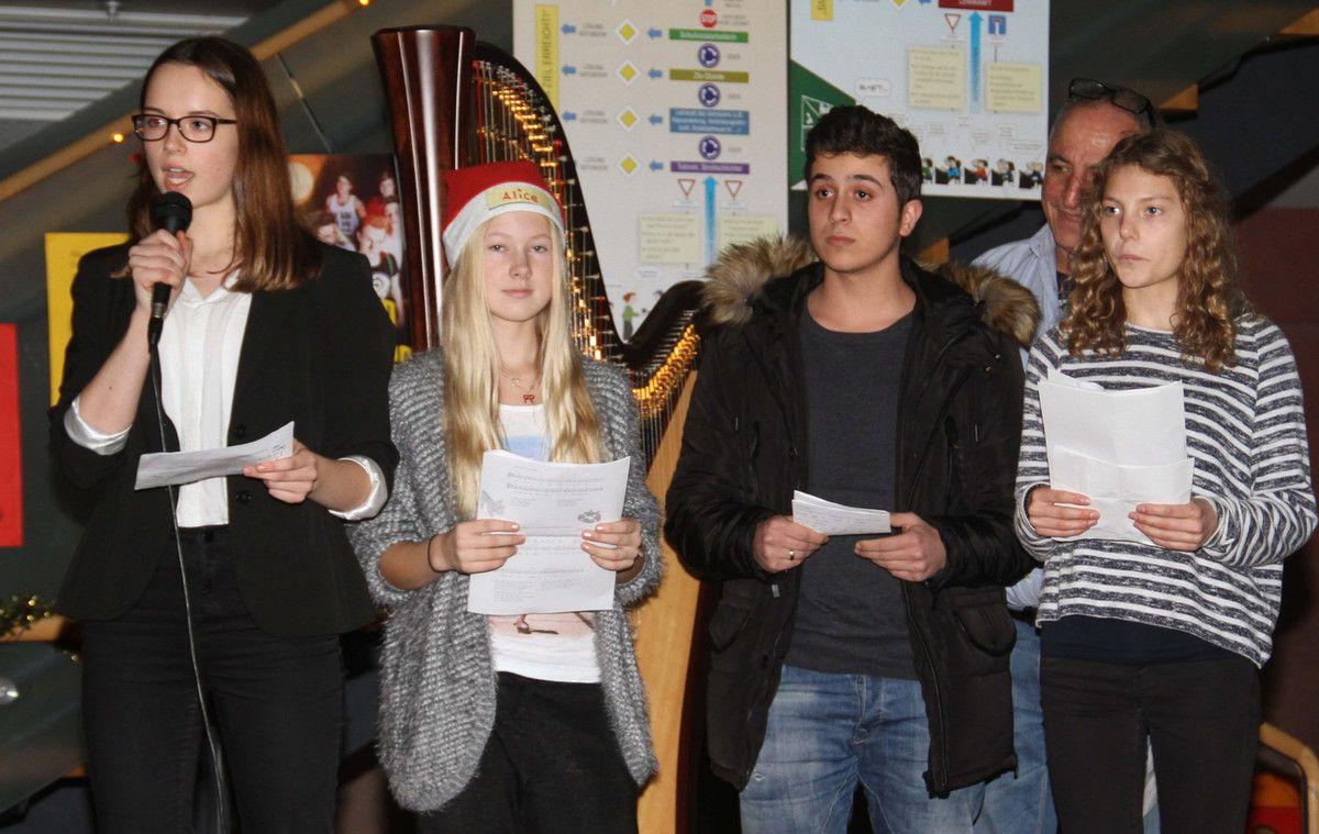 Dreisprachig begrüßt wurden an die 100 die Gäste durch die Gymnasiastinnen Franziska Hecht, Alice Ruppel, Theresa Zollner und die arabischen Dolmetscher.