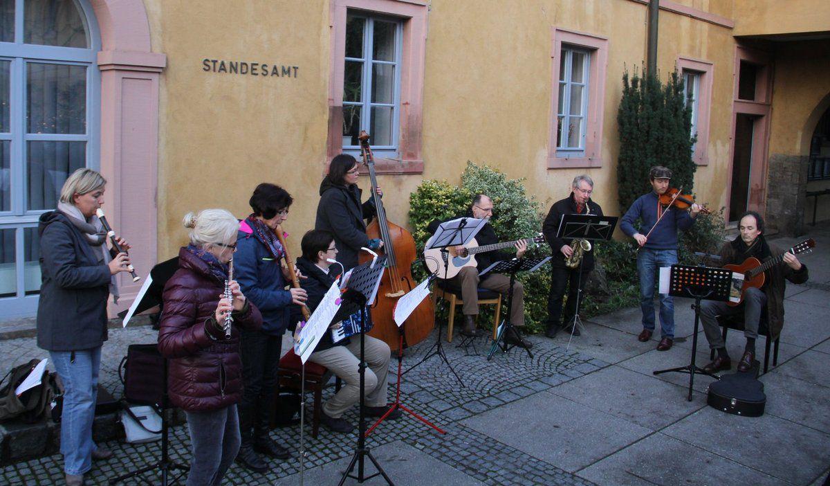 Zunächst unterhielt am Samstagnachmittag das von den Musiklehrern Andreas Franzky und Rainer Nürnberger betreute Folkensemble der Sing- und Musikschule ohne Verstärker harmonisch und gefühlvoll  mit wunderschöner melancholischer Folkmusik.